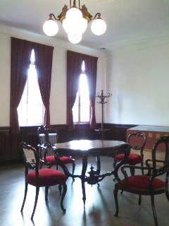 支局長室の机と椅子